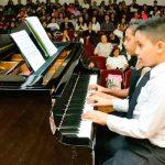 niños tocando el piano