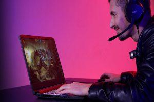 hombre jugando videojuegos en laptop