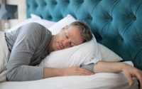 hombre durmiendo en su cama olympia