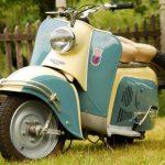 motoneta vintage color beige y azul