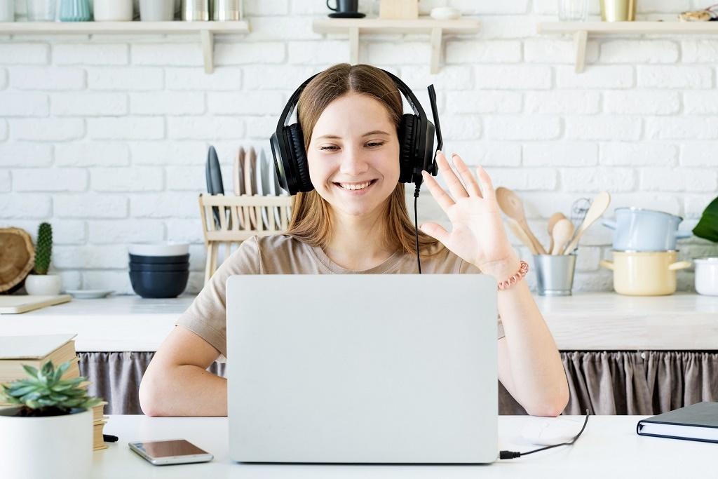 Mujer usando computadora