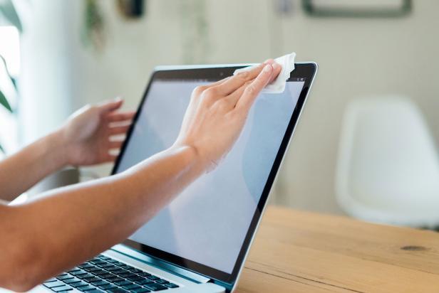 Persona-limpiando-su-computadora